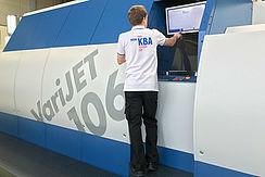 Tecnico al lavoro sulla Varijet 106 di Koenig & Bauer